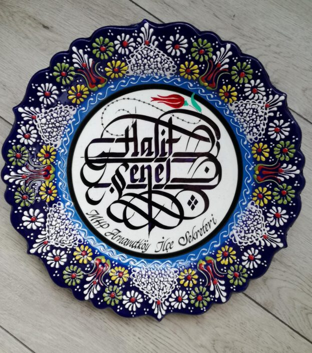 çini tabak yazıları, yazılı çini tabaklar, çini tabak üzerine el yazısı, çini tabağa kaligrafi yazısı, çini tabak hat yazısı, hediye çini tabaklar