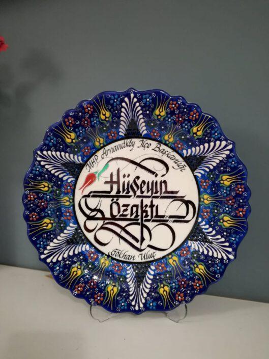 kaligrafik çini tabak, çini kaligrafi tabağı fiyat, kaligrafi yazılı çini tabaklar, hat yazısı yazılı çini tabak, çini tabak el yazısı hediyesi
