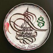 porselen tabak yazıları, yazılı porselen tabak fiyat, porselen kaligrafi yazı, kaligrafi porselen tabak hediyesi