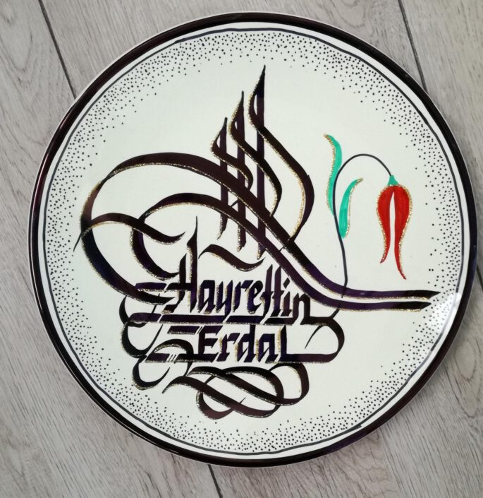 porselen tabağa kaligrafi, porselen tabak yazıları, porselen tabak yazı hediye, hat yazılı porselen tabak, kaligrafi yazılı tabaklar