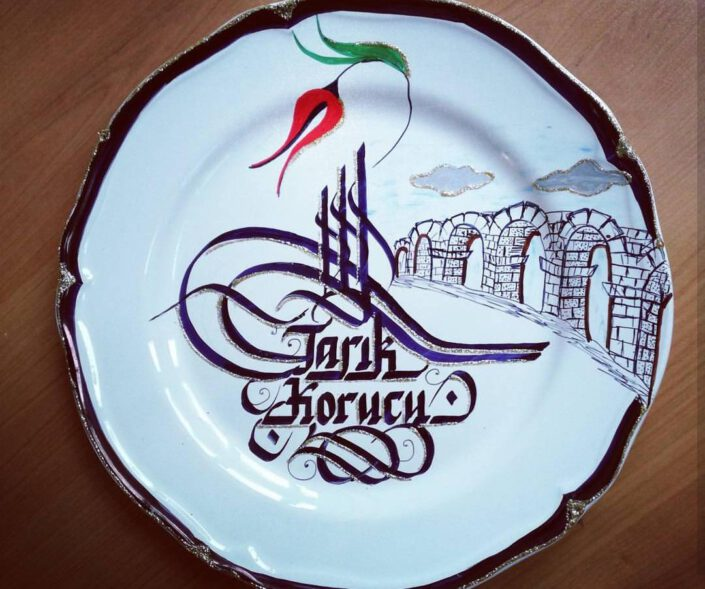 porselen tabak üzerine kaligrafi, porselen tabağa kaligrafi, porselen üzerine kaligrafi yazı, porselen tabak hat yazısı